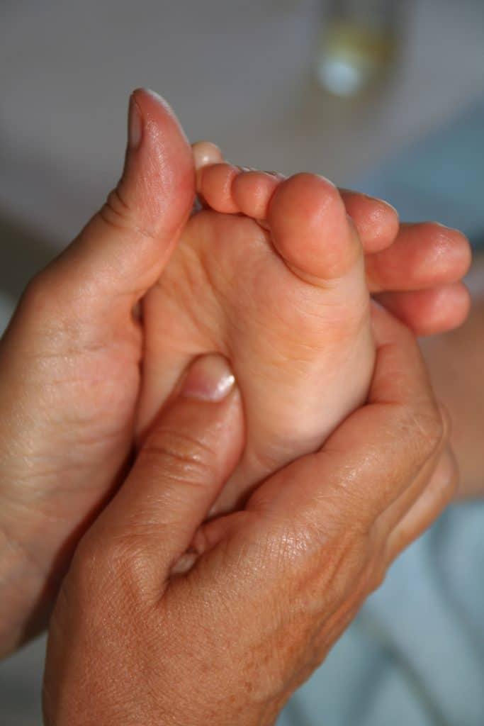 reflexologie plantaire enfant bebe bien etre massage